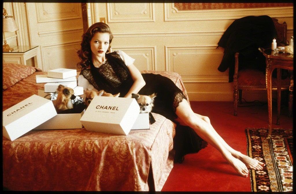 Arthur-Elgort_Kate-Moss-Hotel-Raphael-Paris-1993